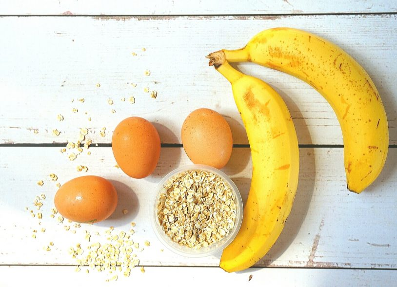 Pancakes ingredients: eggs, oats, bananas.
