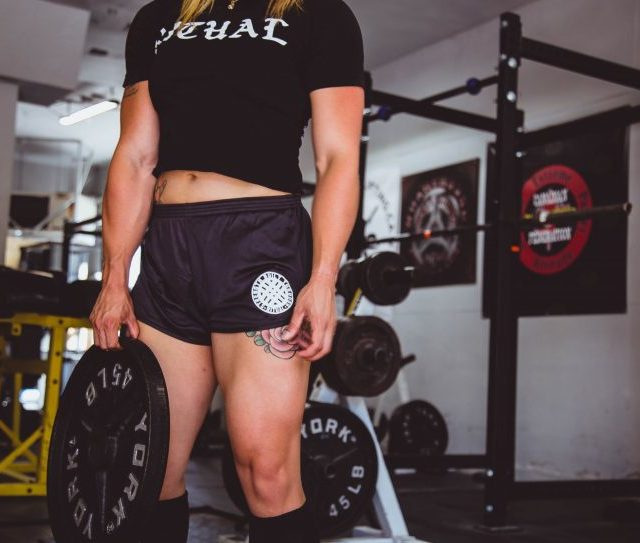 crossfit girl demonstrating weight loss through crossfit